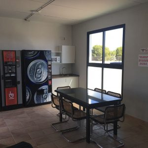 Sala de descanso con vending parking camiones Castellón